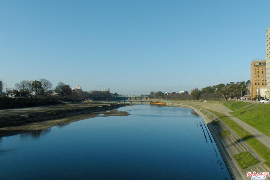 真っ青な空と川面