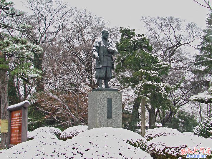 雪の中の家康像