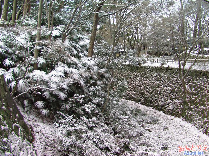 雪のお城裏手
