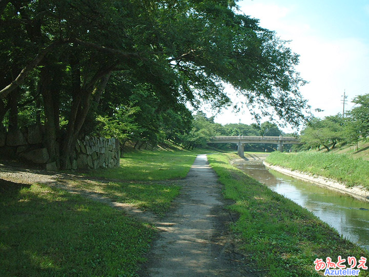 川べりの道(竹千代橋)