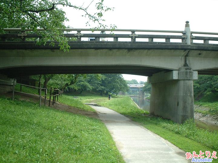 橋の向こうは線路(竹千代橋)