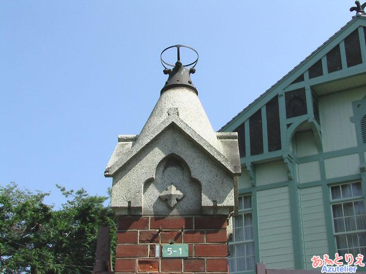 頭頂部の門灯(旧桐生高等染織学校正門)