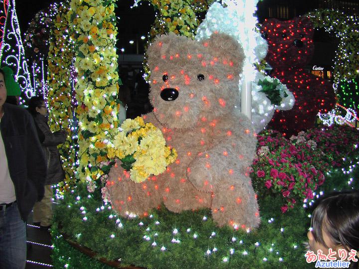 花を抱える小熊(タワーズガーデン)