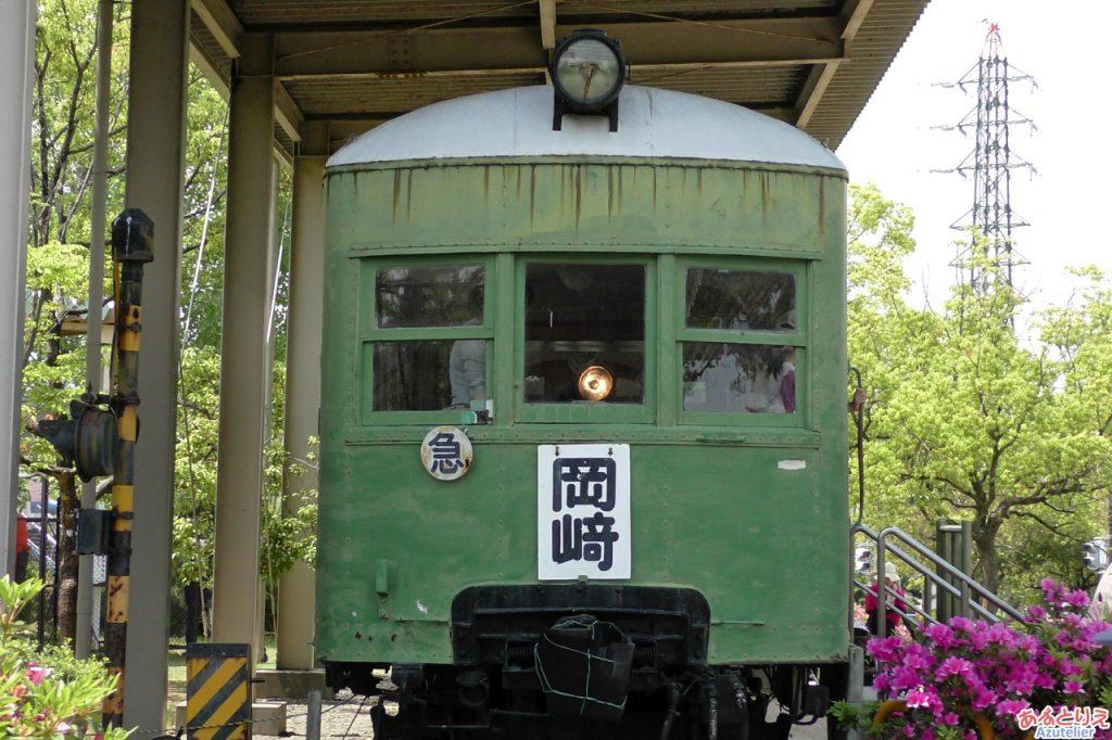 D51688のライトが、電車に反射しています。