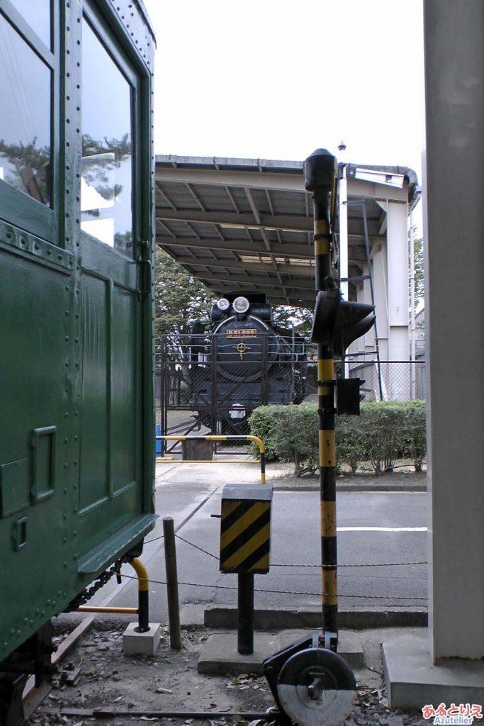 踏切を挟んでD51と電車
