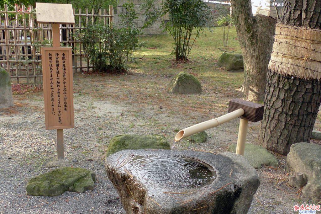 井戸の水がくみ上げられています。