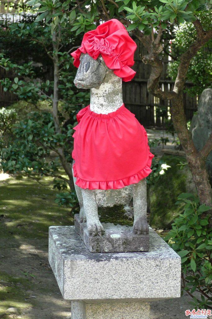 頭巾をかぶった狐の像