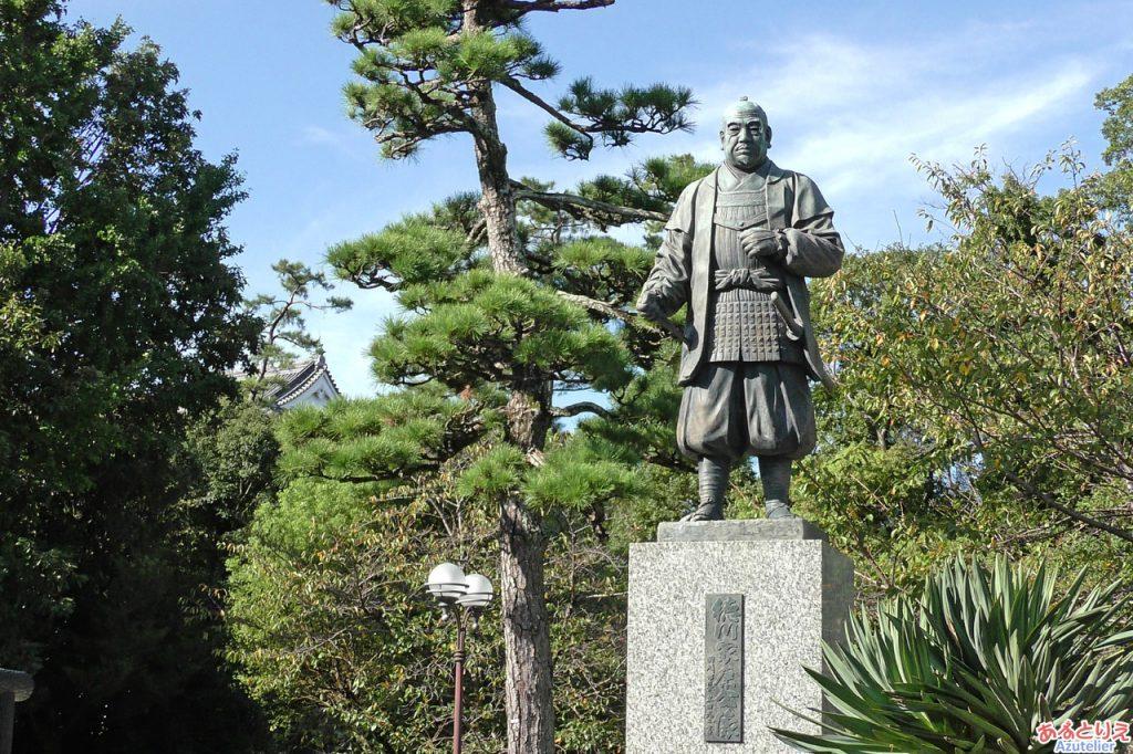 家康の像の後ろには岡崎城が