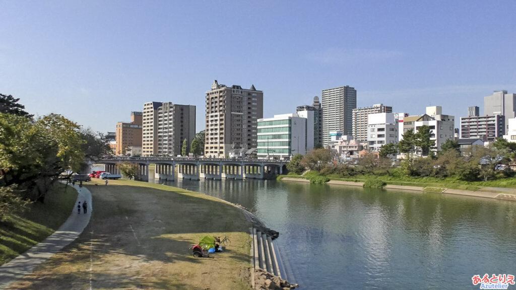 桜城橋から岡崎城を見る