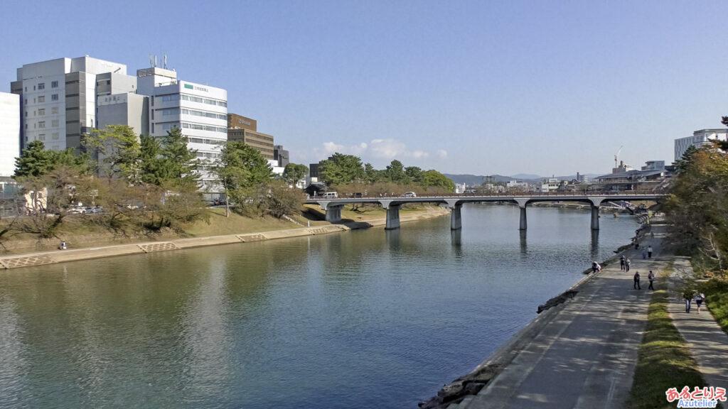 桜城橋から乙川上流を見る
