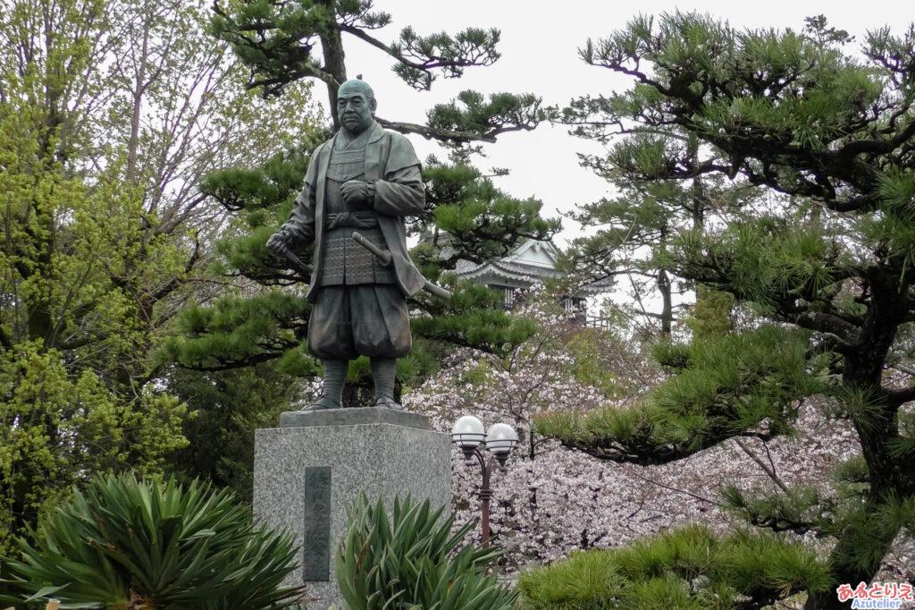家康像と岡崎城