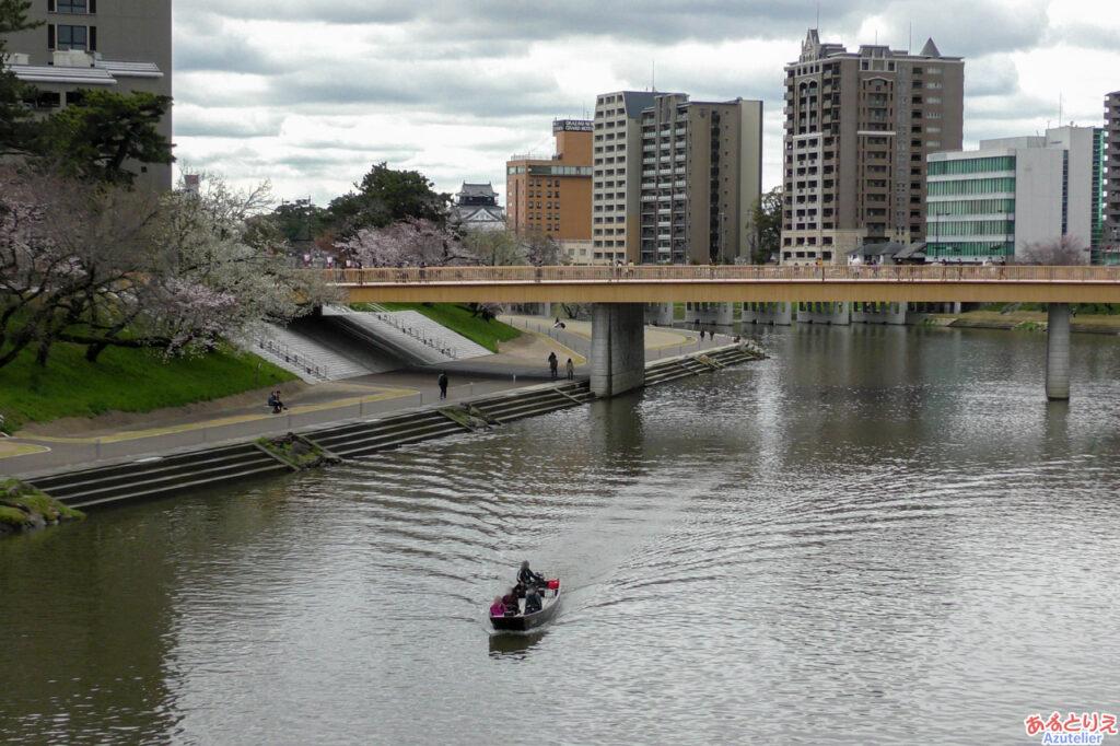 桜城橋と遊覧船