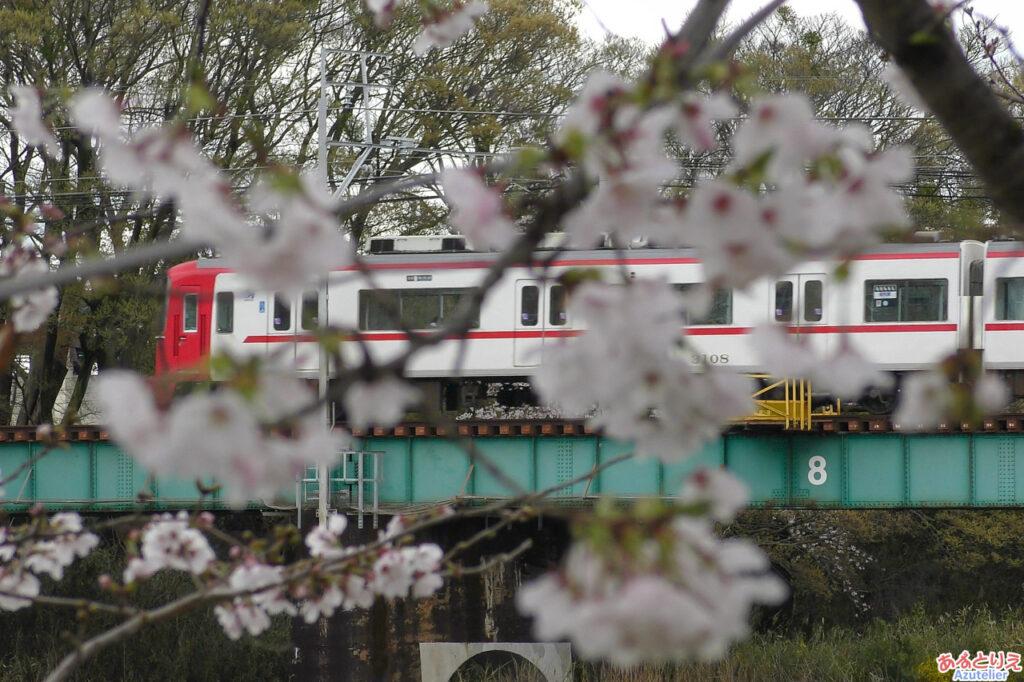 乙川を渡る名鉄電車